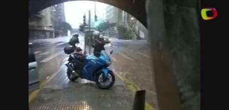 SP: chuva deixa pedestres, motoqueiros e motoristas ilhados