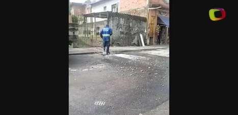 Funcionários da Sabesp tentam conter vazamento em São Paulo