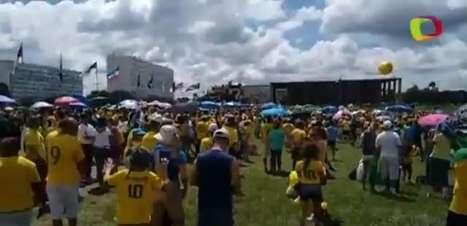 Manifestantes cantam o Hino Nacional durante protesto no DF