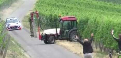 Susto! Trator invade pista e quase acerta carro de piloto