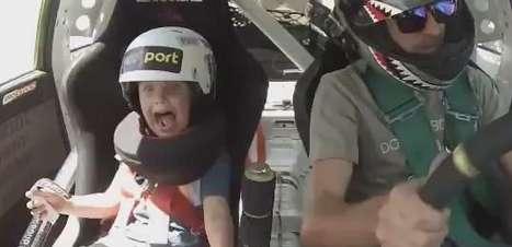 Menino entra em desespero com manobras do pai em carro