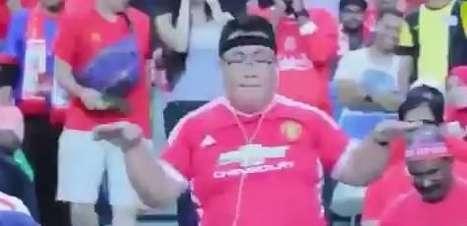 Corajoso? Fã do United dança no meio da torcida do Liverpool