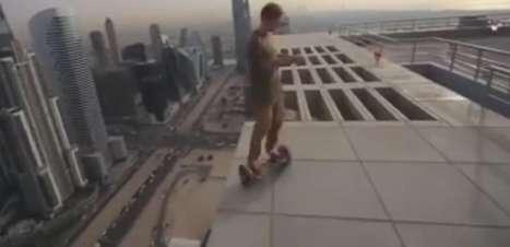 Jovem anda de hoverboard em cima de arranha-céu em Dubai