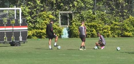 Lucas Fernandes e Brenner treinam faltas com Ceni