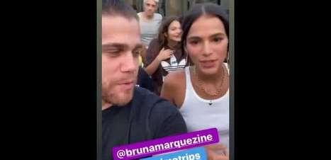 Bruna Marquezine, com penteado divertido, encara montanha-russa nos EUA. Vídeo!