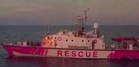 Banksy financia navio de resgate de migrantes no Mediterrâneo