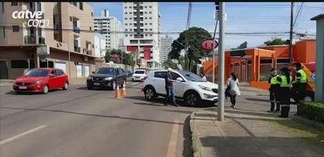 Batida entre carros é registrada no Centro de Cascavel