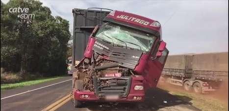 Engavetamento entre quatro veículos deixa duas pessoas feridas na BR 277 em Cascavel