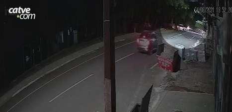 Câmera de monitoramento registra capotamento de automóvel no Bairro Vila Tolentino