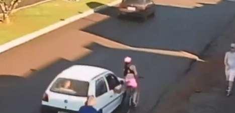 Mulher cai de bicicleta e se machuca ao ser assediada; vídeo