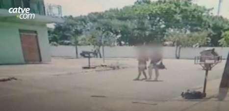 Câmera flagra motociclista levantando vestido de mulher que caminhava na rua