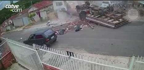 Imagens impressionantes mostram quando caminhão desgovernado atinge muro de casa