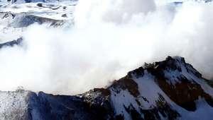 Reportan emisiones bajas de material en Volcán Copahue