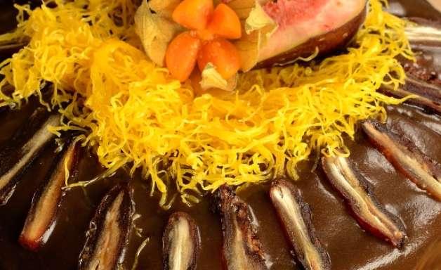 Bolo mascavo de figos e tâmaras com especiarias