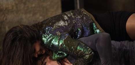 'Salve Jorge': em surra, Morena esfrega a cara de Lívia no chão