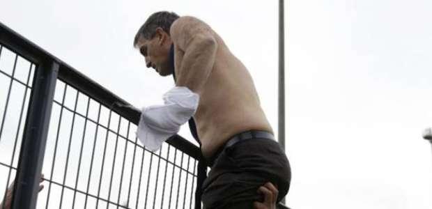 Executivo da Air France deixa reunião escoltado e sem camisa