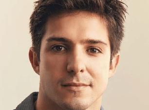 Ator da Globo revela ménage com ator famoso e namorado