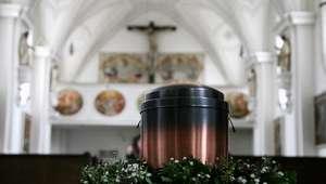 Iglesia prohíbe esparcir cenizas de los difuntos o ...