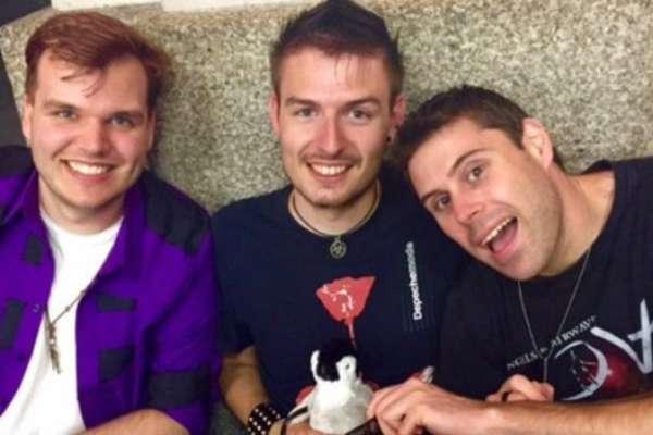 Robin, Thom e Steve fazem podcast sobre como é a vida de um assexuado