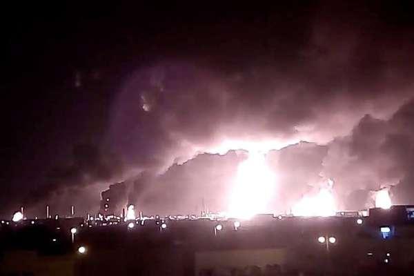 Incêndio é visto na instalação de processamento de petróleo em Buqayq, Arábia Saudita, após ataque de drones do grupo rebelde Houthi, do Iêmen