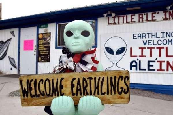 Algumas empresas locais da pequena cidade de Rachel adotaram a associação da Área 51 com a mitologia alienígena