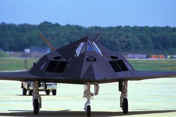 O caça F-117 Stealth fez seu voo inaugural na Área 51 em 1981