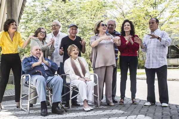 Orlando Drummond (à direita), em foto de 2013, recebendo homenagem ao lado de outros atores da Globo, como Rosamaria Murtinho, Eva Todor, Ney Latorraca, Flávio Migliaccio, Aracy Balabanian e Yoná Magalhães.