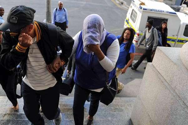 Lavona Solomon (com rosto coberto) chega para seu julgamento em fevereiro de 2016