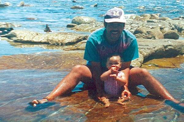 Miché, então com oito meses, com Michael, que acreditava ser seu pai biológico