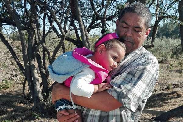 Michael com a filha de Miché a caminho da prisão para ver Lavona