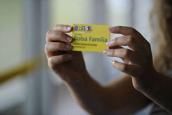 Principal bandeira do ex-presidente Lula, Bolsa Família pode até mudar de nome e se chamar 'Renda Brasil' para imprimir a marca do governo de Jair Bolsonaro