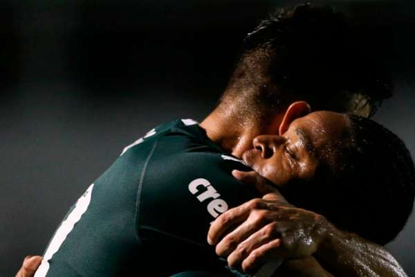 Willian abraça Luiz Adriano após gol sobre a Ponte Preta (FOTO: Divulgação Flickr Palmeiras)
