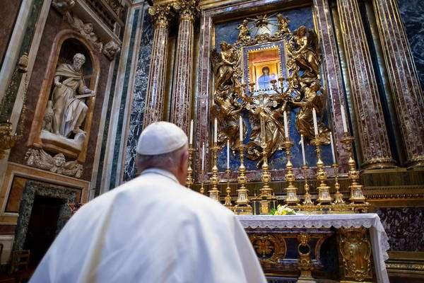 Francisco foi até igreja onde está um crucifixo milagroso
