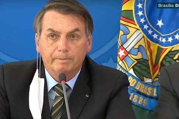 Em coletiva de imprensa nesta quarta-feira, 18, presidente tirou a máscara para falar ao microfone
