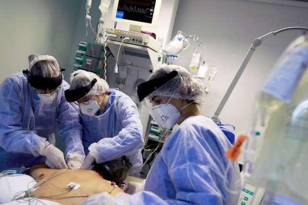 Atendimento de emergência em paciente com covid-19 em Porto Alegre; Fiocruz recomenda que cloroquina seja usada com cautela, por causa dos efeitos colaterais