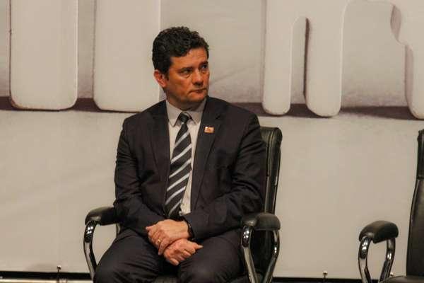 O Ministro da Justiça Sérgio Moro, pediu demissão ao presidente Jair Bolsonaro, após ser informado pelo presidente da decisão de trocar a diretoria-geral da Polícia Federal,