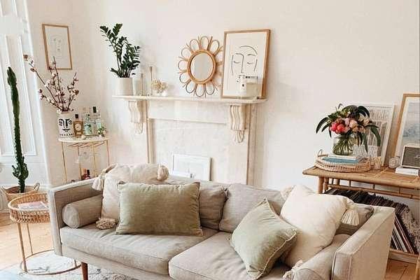 4. Sofá 2 lugares bege na sala de estar neutra – Via: Pinterest