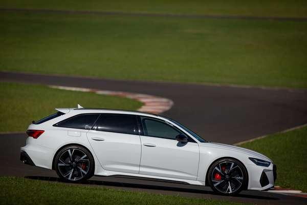 Audi RS 6 Avant's wheelbase guarantees comfort: 2,930 m.