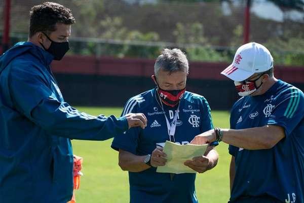 Para esta terça, Dome terá três baixas importantes para escalar o sistema ofensivo (Foto: Alexandre Vidal / CRF)