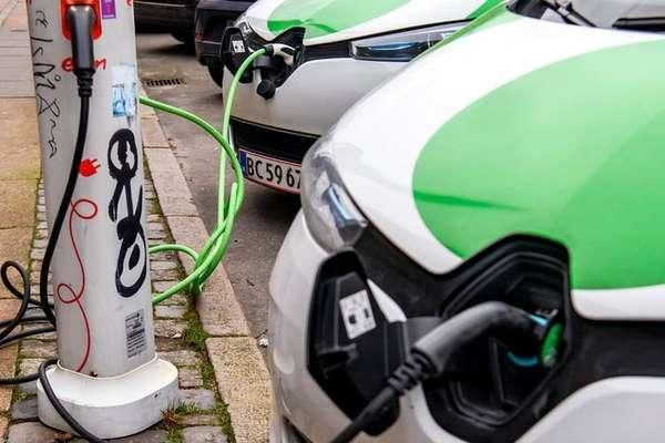 Cada vez mais pontos de recarga para veículos elétricos estão surgindo nos centros das cidades