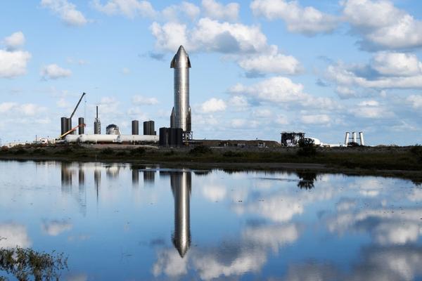 Foguete Starship da SpaceX se prepara para um lançamento de teste nas instalações da empresa em Boca Chica, Texas, em dezembro
