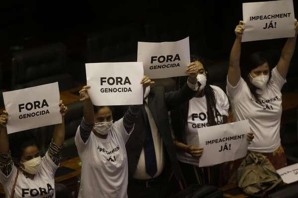 Protestos contra o presidente Bolsonaro dentro do plenário do Congresso