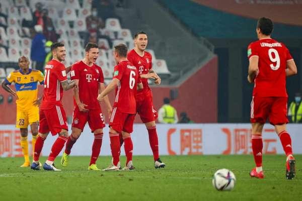 Gol de Pavard teve revisão do VAR, que não observou toque de mão de Lewandowski (Foto: KARIM JAAFAR / AFP)