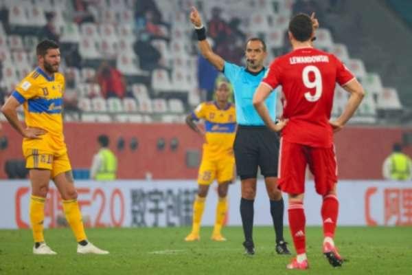 Momento que o árbitro Esteban Ostojich confirmou o gol do Bayern (Foto: KARIM JAAFAR / AFP)