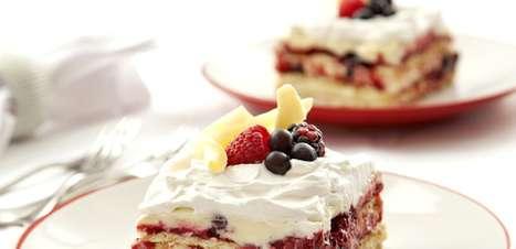 Pavê de chocolate branco com espumante e frutas vermelhas