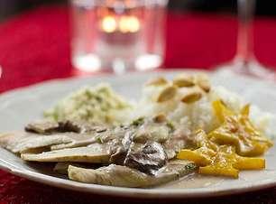 Peru com molho de shitake, arroz jasmin com amêndoas e farof