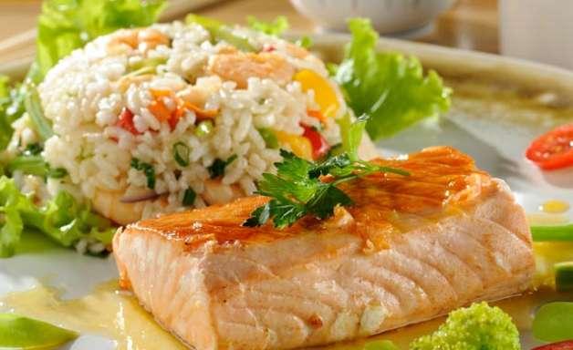 Salmão ao molho maracujá com risoto de camarão