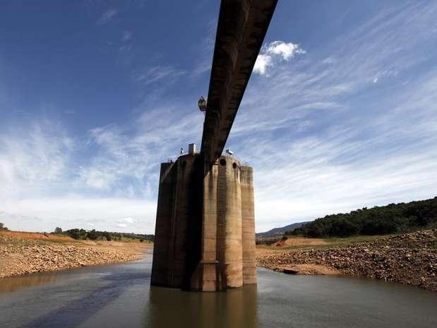 Vista do coletor de água do sistema Cantareira na represa de Jaguari, em Joanópolis Foto: Paulo Whitaker / Reuters