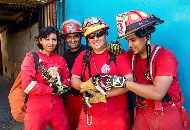 Los hombres y mujeres de rojo orgullosos del rescate animal.