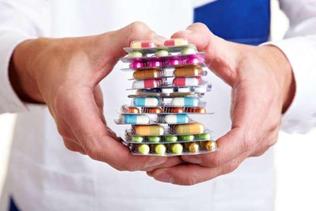 Alguns dos anti-inflamatórios mais usados pelas pessoas e que estão nesta lista de inimigos do tratamento ortodôntico são: a aspirina, o piroxicam (ex: Feldene), o ibuprofeno (ex: Advil), diclofenaco (ex: Cataflan) e celecoxib (ex: Celebra) Foto: Robert Kneschke / Shutterstock